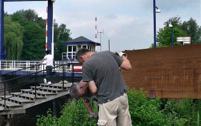 """Aufbau der Gemeinschaftsskulptur """"Letterloop"""" in Doetinchem."""